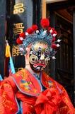PINGYAO, CHINA - MAI 2017: Chinesisches Oper costiume durchgeführt vor teatre Tür stockbild