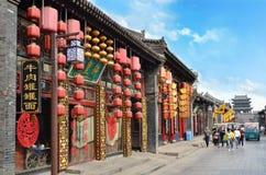 Pingyao Kina - Maj 19, 2017: Garneringen av röda lampions på gatorna av Pingyao den forntida staden Kina arkivbild