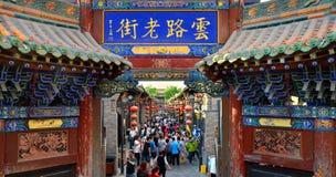 Pingyao Kina - Maj 19, 2017: Peaple på marknad på gatan av Pingyao den forntida staden Kina royaltyfri fotografi