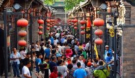 Pingyao Kina - Maj 19, 2017: Peaple på marknad på gatan av Pingyao den forntida staden Kina royaltyfri bild