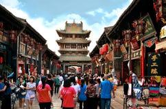 Pingyao Kina - Maj 19, 2017: Peaple på marknad på gatan av Pingyao den forntida staden Kina arkivfoto