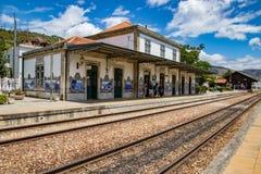 Pinhão, Portugal/le 27 juin 2017 - les voies de train mènent dans le stati images stock