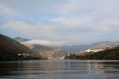Pinhao και αμπελώνες στις όχθεις του ποταμού Douro στοκ εικόνα με δικαίωμα ελεύθερης χρήσης