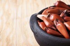 Pinhao - brazylijska sosna na drewnianym stole w czarnym garnku z kopią s Obrazy Stock