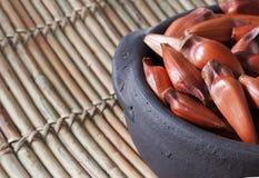 Pinhao - brazylijska sosna w czarnym garnku na drewnianej desce z kopią s Fotografia Stock