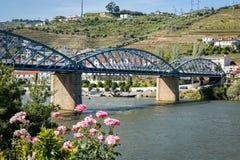 Pinhao bro över floden Douro, Portugal royaltyfria bilder