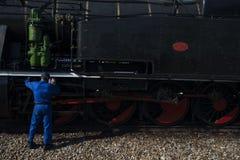 Pinhao, Portugal - 15 juillet 2017 : un mechanich fixe un train antique de vapeur photo stock