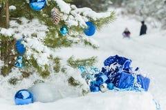 Pinheiro nevado do Natal decorado com brilhante Fotos de Stock Royalty Free