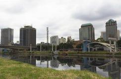 Pinheiros河和摩天大楼在圣保罗,巴西 免版税库存照片