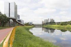 Pinheiros河和摩天大楼在圣保罗,巴西 免版税图库摄影
