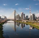 Pinheiros河和桥梁圣保罗巴西 免版税库存图片