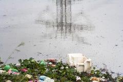 Pinheiros河的污染在圣保罗 免版税库存图片
