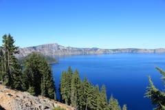 Pinheiros do lago crater Foto de Stock