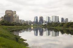 Pinheiros flod och skyskrapor i Sao Paulo, Brasilien Fotografering för Bildbyråer