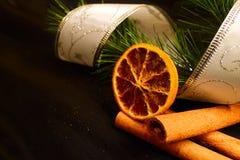 Pinho do Natal na fita com canela e laranja Imagens de Stock Royalty Free