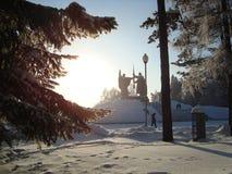 Pinhos Siberian, vidoeiros, monumento Imagens de Stock