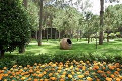 Anfora con i fiori immagine stock immagine di ciottolo for Anfora giardino