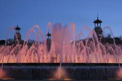 Pink загоранный фонтан в свете вечера Барселона Стоковые Изображения RF