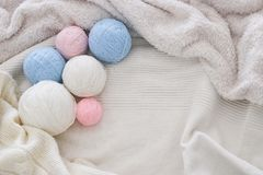 pink& x27; blauwe en witte warme en comfortabele garenballen van wol over zacht bed stock afbeelding