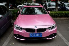 Pink BMW in Changzhou China stock foto