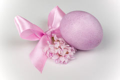 Pink easter egg with ribbon bow and flower isolated on white Stock Photography