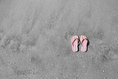 Pink flip flops in the sand Royalty Free Stock Photos