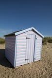 Pink och blå randig strandkoja royaltyfria foton