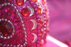 Pink prydd med ädelsten askCloseup Arkivbild