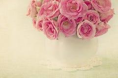 Pink ro i en vase Arkivbild