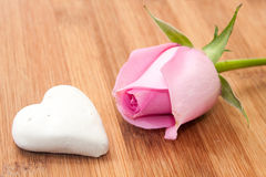 Pink rose with white chocolate cake on the wooden board Royalty Free Stock Images