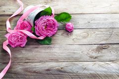 Pink roses bouquet on  wooden background Royalty Free Stock Photos