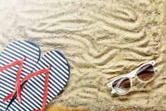 pink scallop seashell Strandhäftklammermatare och solglasögon Royaltyfri Bild