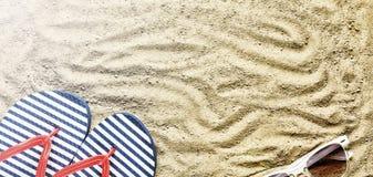 pink scallop seashell Strandhäftklammermatare och solglasögon Royaltyfri Foto