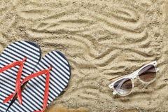 pink scallop seashell Strandhäftklammermatare och solglasögon Fotografering för Bildbyråer