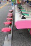 Pink-Vergnügungspark-Schemel stockfotos
