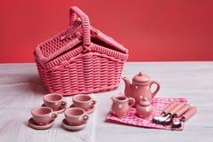 Pinkin karta z stołowym położeniem i różowym bielem, silverware, sprawdzał pieluchę, biały nieociosany drewnianej deski tło zdjęcia stock