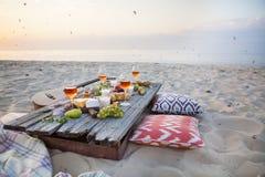 Pinkin na plaży przy zmierzchem w boho stylu, jedzeniu i napoju conc, zdjęcie stock