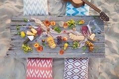 Pinkin na plaży przy zmierzchem w boho stylu, jedzeniu i napoju conc, zdjęcia royalty free