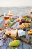 Pinkin na plaży przy zmierzchem w boho stylu, jedzeniu i napoju conc, obrazy royalty free