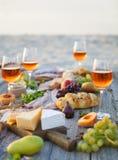 Pinkin na plaży przy zmierzchem w boho stylu, jedzeniu i napoju conc, obraz royalty free
