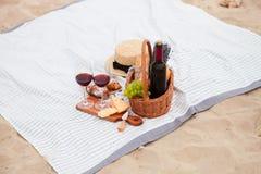Pinkin na plaży przy zmierzchem w szkockiej kracie, jedzeniu i napoju białych, obraz royalty free