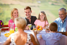 Pinkin w ogródzie z szczęśliwą rodziną Obrazy Royalty Free