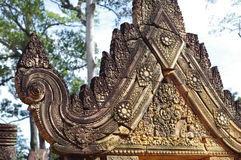 Pinkish sandstone carvings of Banteay Srei Royalty Free Stock Photos