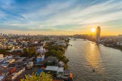 Pinklaobrug die Chao Phraya River in Bangkok Thailan kruisen stock afbeelding