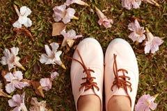 Pinkmanier - roze trompetbloemen en roze schoenen Royalty-vrije Stock Afbeeldingen