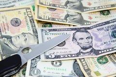 Pinknife en backnotes del dólar Fotografía de archivo libre de regalías