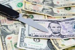 Pinknife en backnotes del dólar Foto de archivo libre de regalías