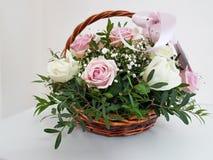 Pinks bladbloemen in een mand stock fotografie