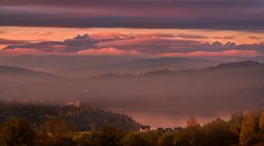 Pinky Autumn Foggy Morning In High Tatras, Pologne Vue des montagnes, du lac Czorsztyn et du château avec le même nom LAN photo libre de droits