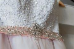 Pinl y vestido de boda blanco, primer Imágenes de archivo libres de regalías